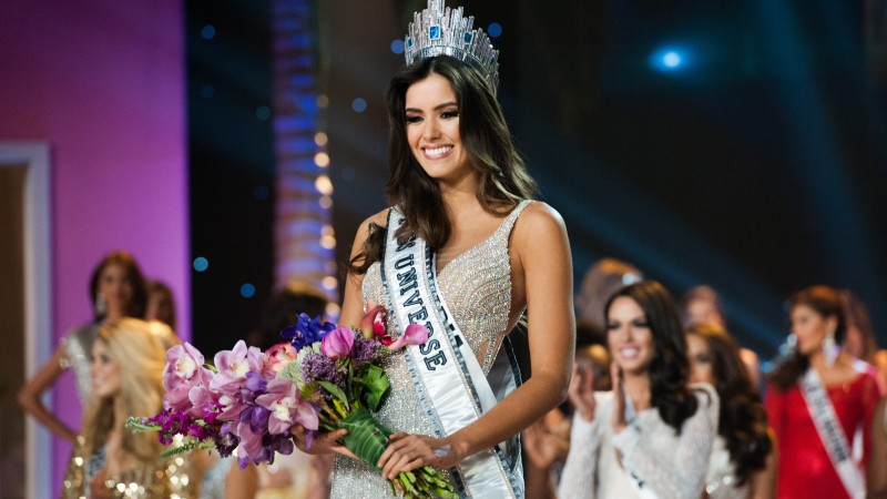Paulina Vega, Miss Universe 2015, Miss Colombia, model, Paulina Vega Dieppa, Beauty Pageant, white dress, flowers, smile, brunette, crown (horizontal)
