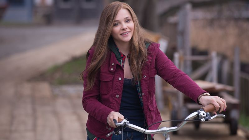 Chloe Moretz, actress, blonde, red, room, long hair, pink, shirt (horizontal)