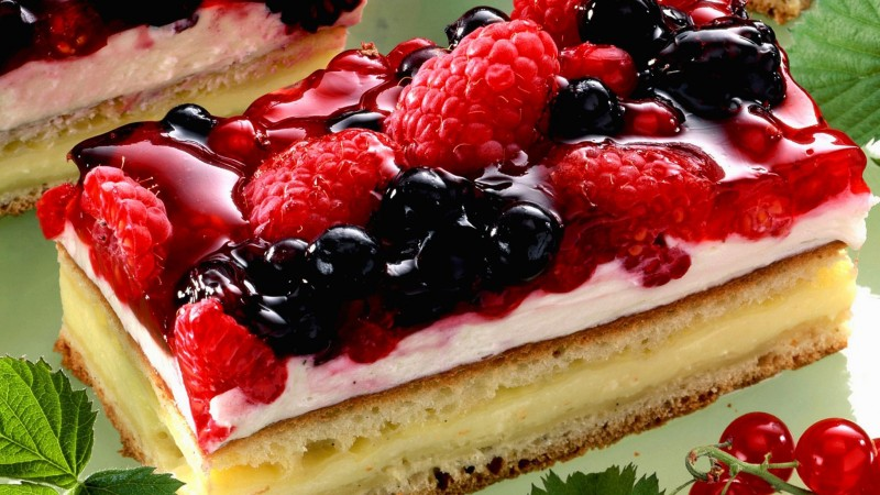 cake, souffle, berries, raspberries, strawberries, currants, mint (horizontal)