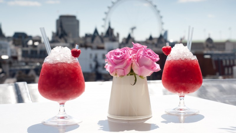 cocktails, Bacardi, ice, strawberries, raspberries, flowers, London (horizontal)