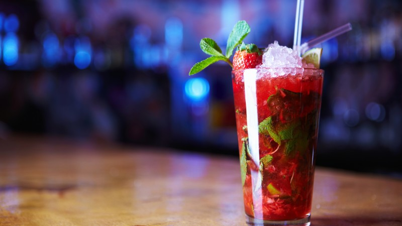 cocktails, mojitos, strawberry, ice, mint (horizontal)