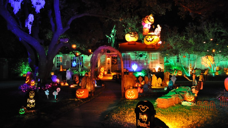 Halloween, All Hallows' Eve, All Saints' Eve, pumpkin, fear, cap, yellow, lights, house, porch, decoration (horizontal)