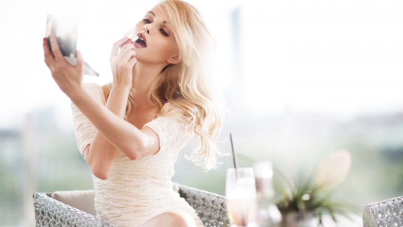 Elisandra Tomacheski, model, bonde, coctail, lipsick, cafe, white dress (horizontal)