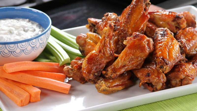 Buffalo wings, sauce, vegetables, carrots (horizontal)