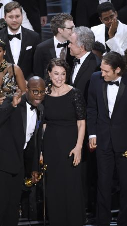 Oscar 2017, oscar mistake, best picture, Moonlight, La La Land (vertical)