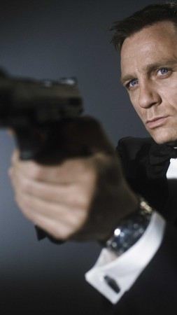 Daniel Craig, 007, James Bond, Most Popular Celebs in 2015, actor, gun (vertical)