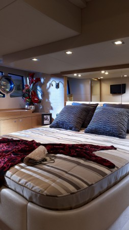 Sunseeker yacht Portofino 48, yacht, high-tech, bedroom (vertical)