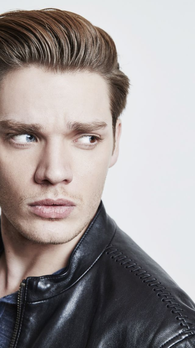 Dominic Sherwood, photo, 5k (vertical)