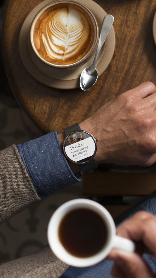 Moto 360, watches, CES 2015, cafe, man, luxury, smart watches, metal, review (vertical)